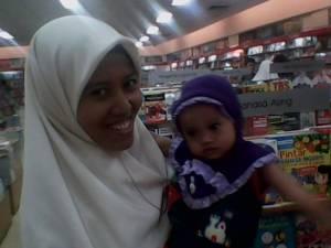 Foto Mba Uum Heroyati dan Azka Syakira (Anaknya) ketika berkunjung ke Grage Mall Kota Cirebon-Jawa Barat