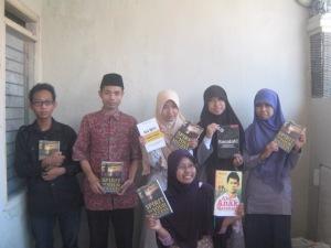 Kang Kadir (yang berpeci hitam) bersama Pegiat 'Cirebon Membaca, Cirebon Menulis' pada acara Talkshow Kepenulisan dan Bedah Buku