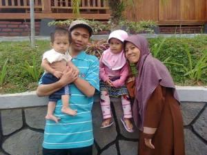 Saya (Syamsudin Kadir), istri (Uum Heroyati) dan kedua anak kami (Azka Syakira dan Bukhari Muhtadin)