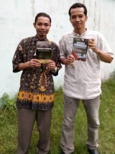 Syamsudin Kadir (memegang buku Membumikan Matematika) dan Budi Manfaat (memegang buku Membangun Pendidikan dan Bangsa yang Beradab)